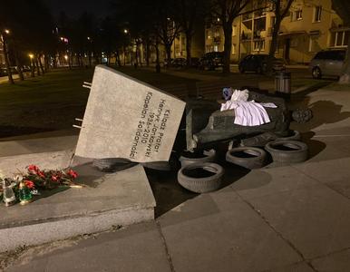 Przewrócono pomnik ks. Jankowskiego. Monument wróci na swoje miejsce?
