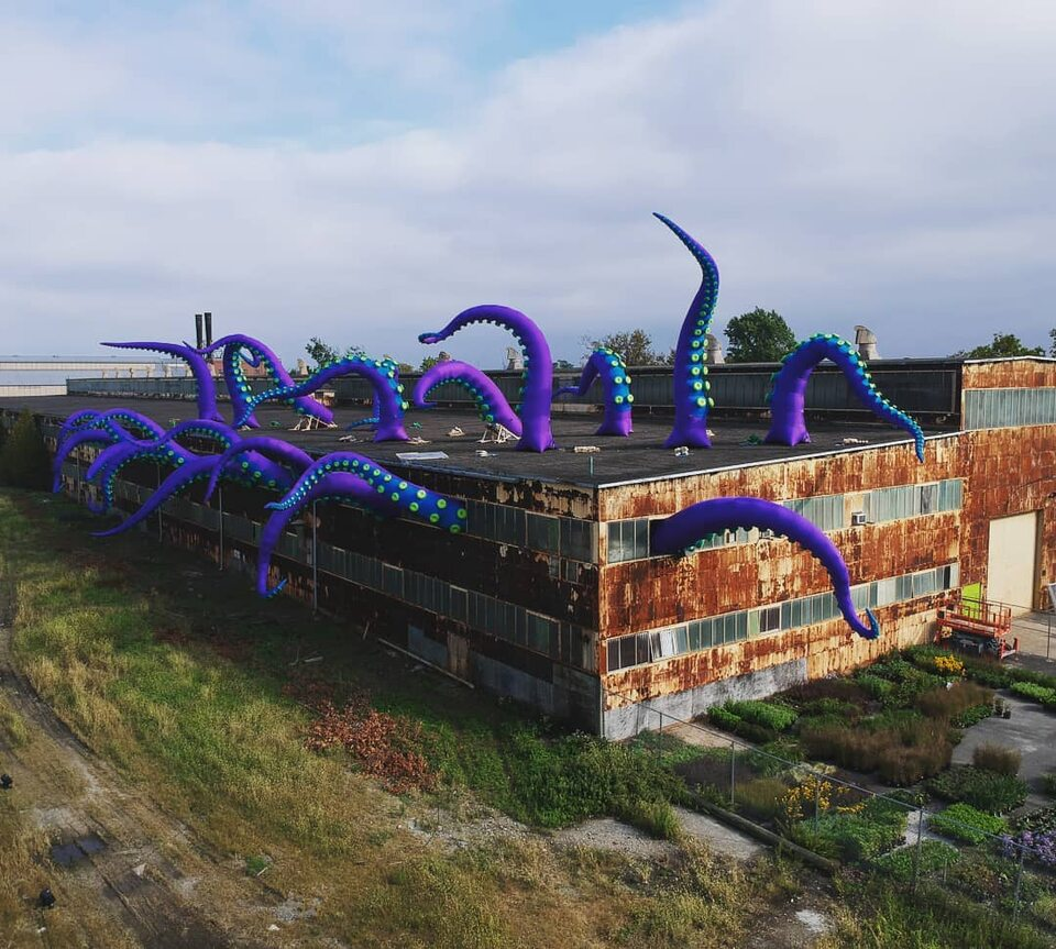 Potwór morski wporcie. Instalacja artystyczna wFiladelfii