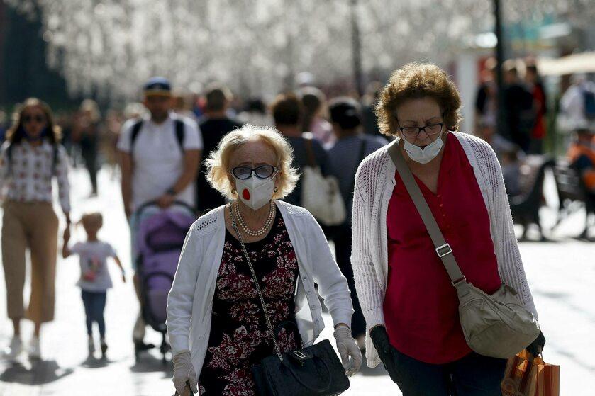 Kobiety w maseczkach na ulicach Moskwy