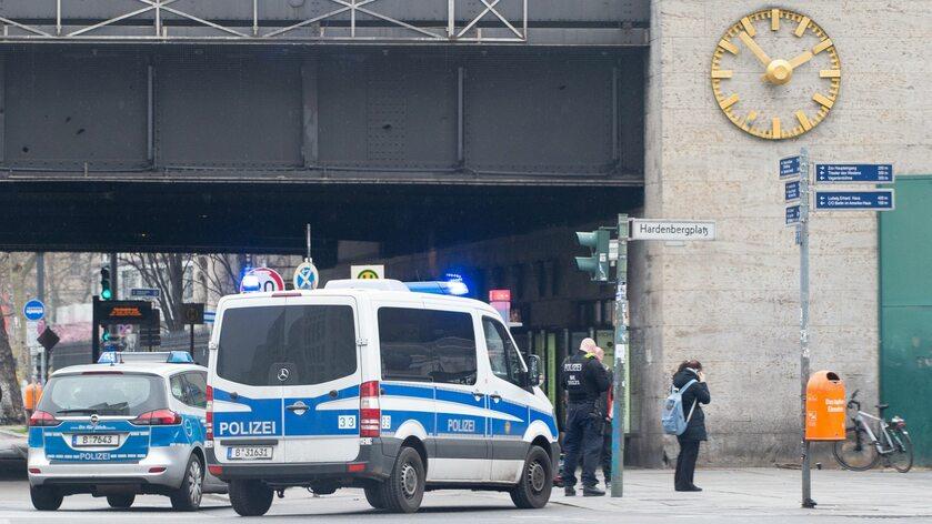 Walka z koronawirusem w Niemczech. Patrol policji w Berlinie