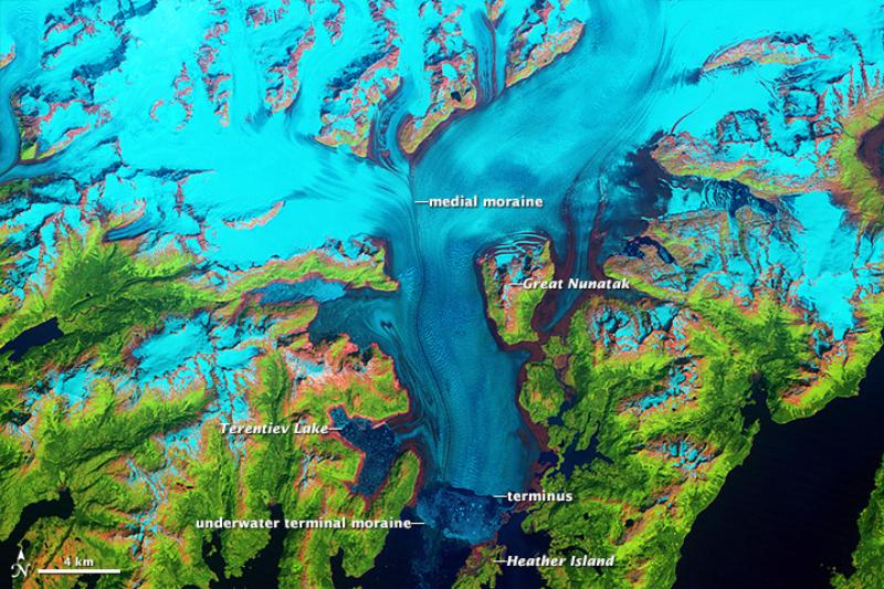 Odwrót lodowca Columbia Naukowcy od dawna badają szybko poruszający się na Alasce lodowiec Columbia. Na zdjęciach widać, jak się on przesuwa.