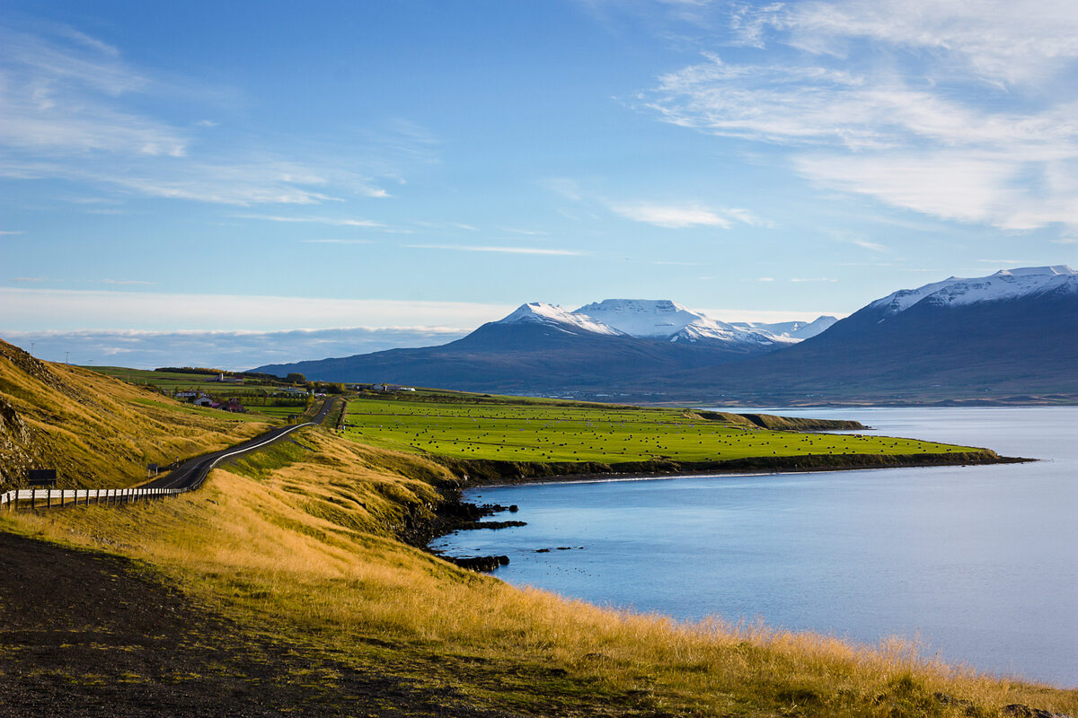 Islandia This is the main highway circling Iceland's majestic beauty. The snow-capped mountains are a welcome site as you drive towards the island's second most-populated city, Akureyi.
