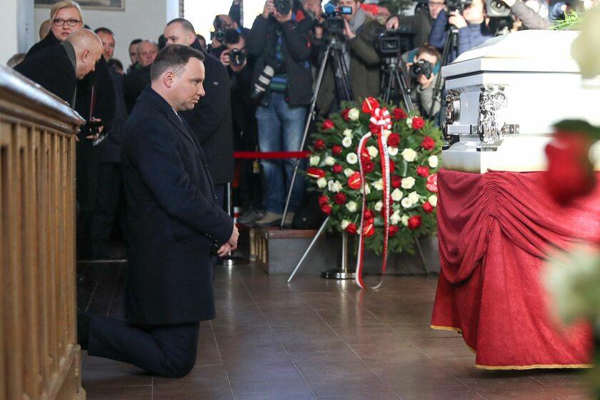 Andrzej Duda przy trumnie Łukasza Urbana