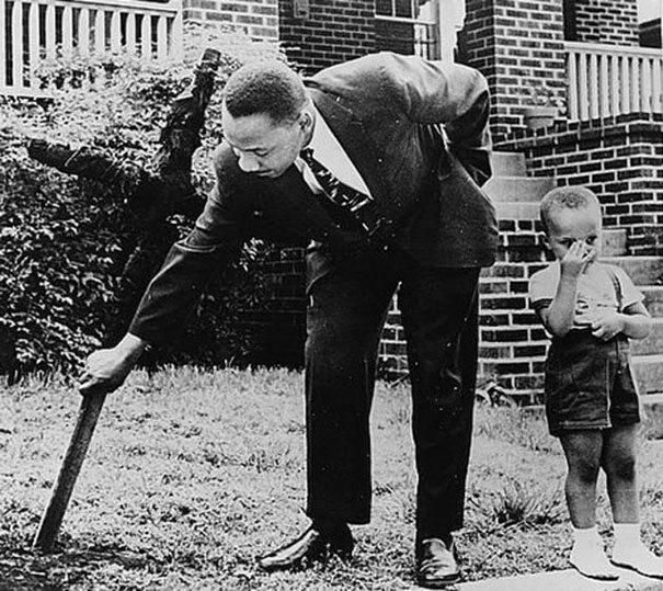 Martin Luther King z synem. Usuwa spalony krzyż ze swojego podwórka, 1960 (fot. boredpanda.com)