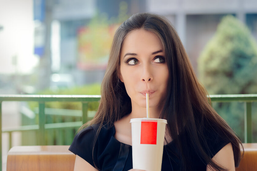 Kobieta pijąca napój