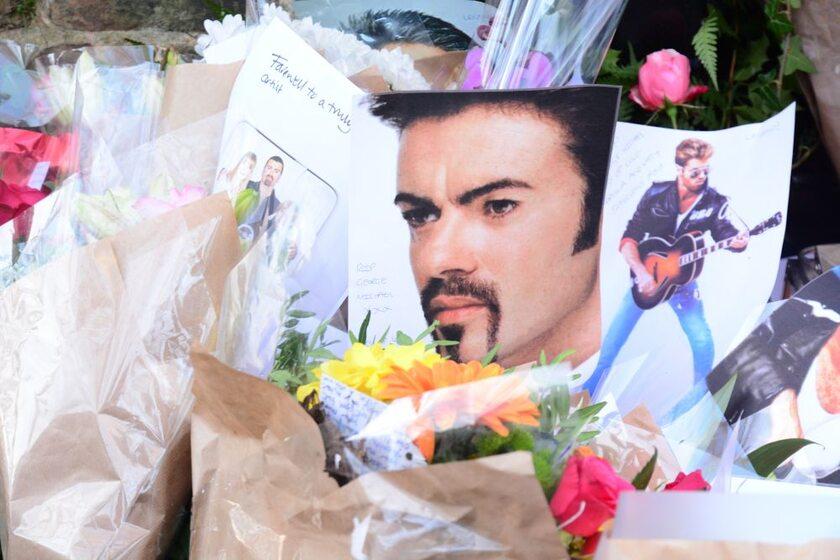 Pamiątki składane przed domem zmarłego muzyka