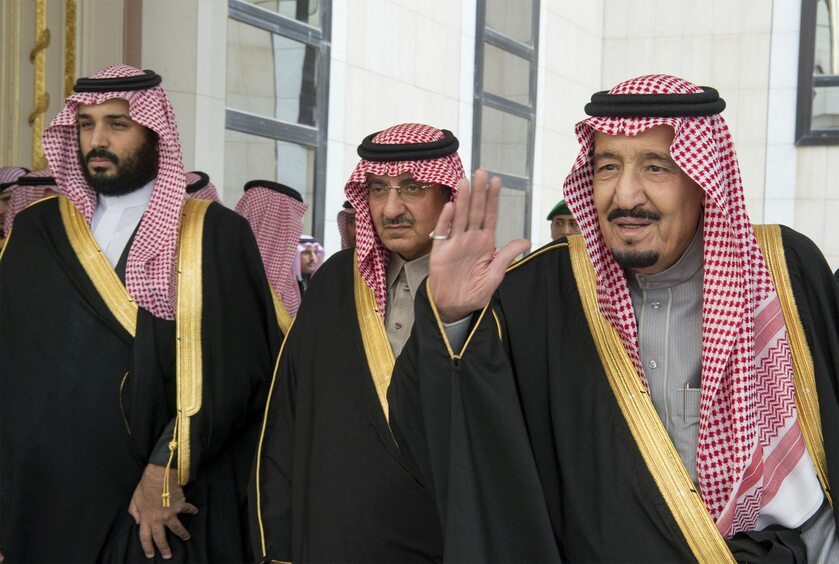 Książę  Mohammed (L) i król Salman (P)