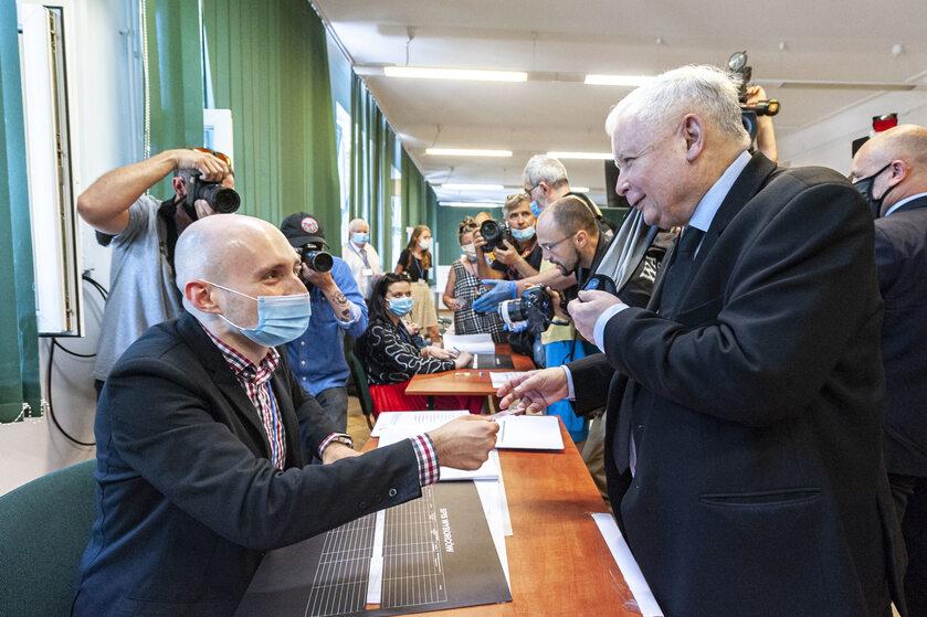 Jarosław Kaczyński podczas głosowania w wyborach prezydenckich