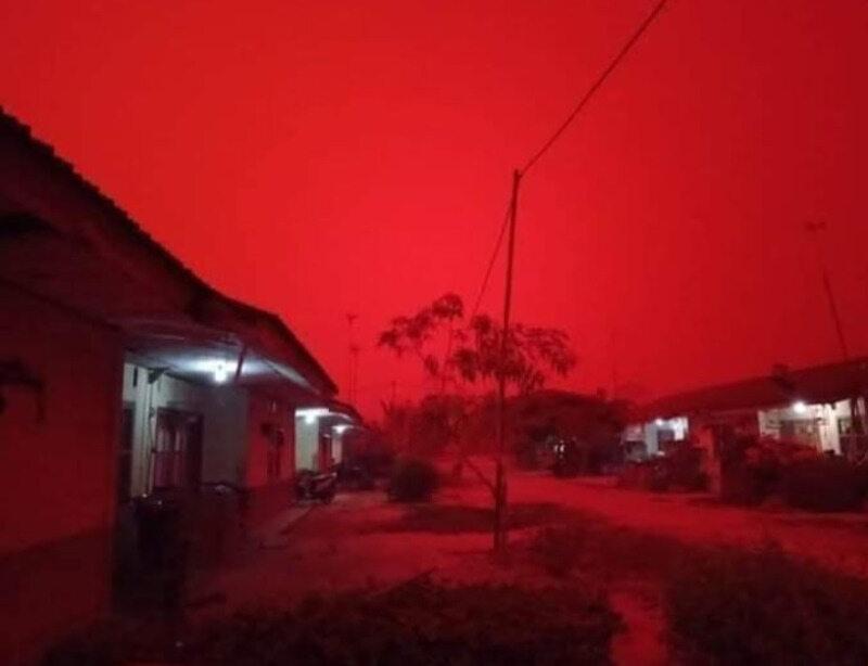 Czerwone niebo nad prowincją Jambi w Indonezji
