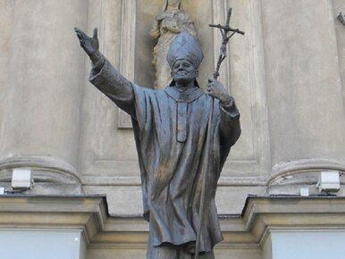 """Kontrowersyjne plakaty na pomnikach Jana Pawła II. """"Kryłem gwałcicieli..."""