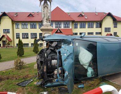 Michalczowa. Samochód wypadł z drogi i zatrzymał się przed kapliczką....