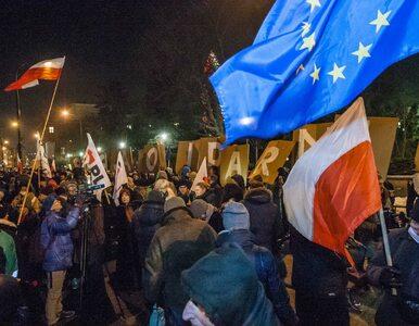 Prokuratura przesłuchuje demonstrujących przed Sejmem. Mec. Kaczyński:...