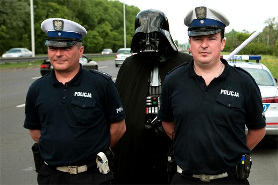 Luke, synu, pokaż panom dokumenty (fot. PAP/Tomasz Gzell)