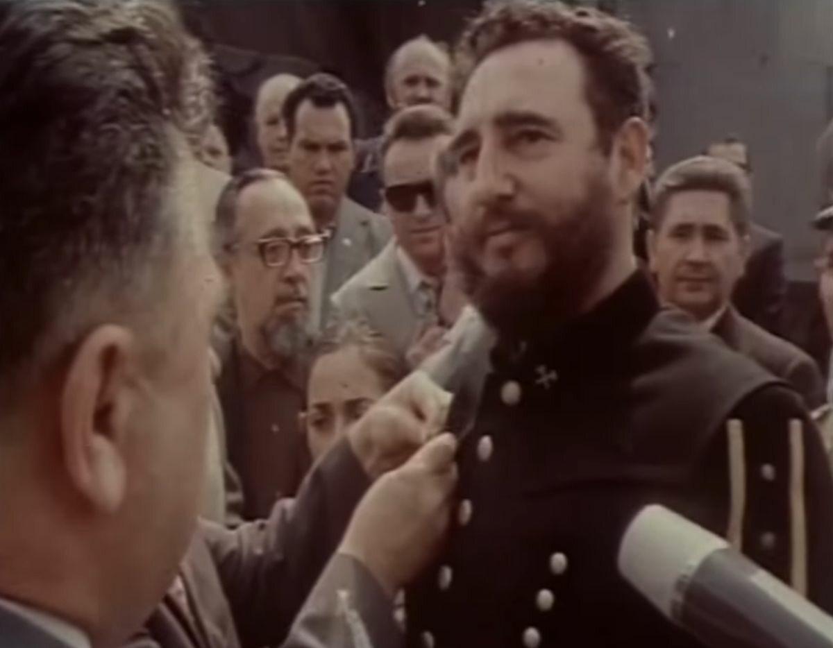 Fidel Castro w góniczym mundurze galowym odbiera medal
