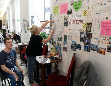 Kłótnia Straży Marszałkowskiej z protestującymi. Kazali zdjąć kartki ze...