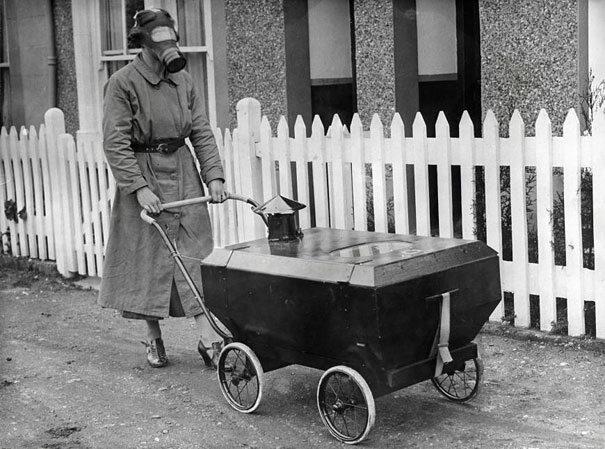 Kobieta z wózkiem, Anglia, 1938 (fot. boredpanda.com)