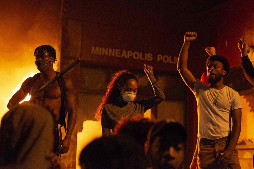 Płonący komisariat w Minneapolis