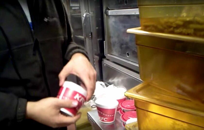 """Kadr z filmu """"KFC Exposed"""""""