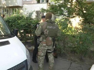 Ojciec zamknął się z czwórką dzieci w mieszkaniu i groził im bronią....