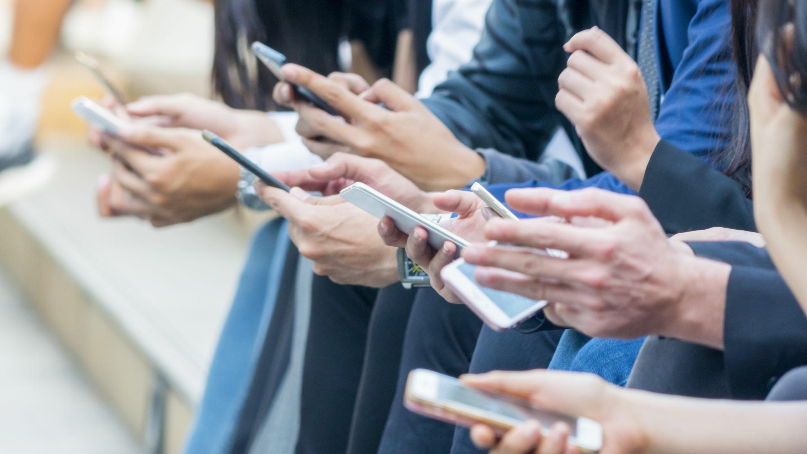 Ludzie korzystający z telefonów, zdjęcie ilustracyjne